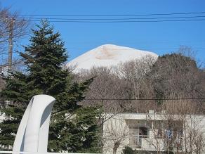 大室山と祈りの塔.JPG