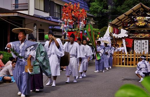 2014.9.15-13 「下に~ 下に~!」露払い-浜~神社へお上り.JPG