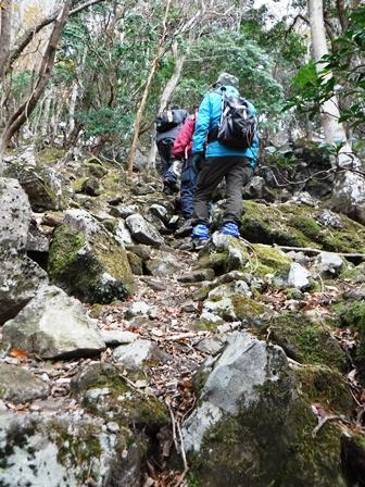 1 険しい岩山を登ります.JPG