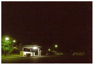 夜のバス停.jpg